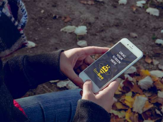 girl_holding_iphone_in_autumn_mockup