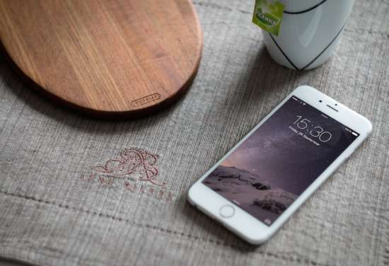 white_iphone_6_on_table_mockup