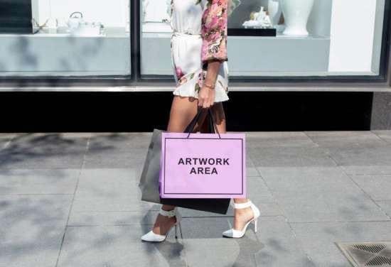 woman_carrying_shopping_bag_mockup